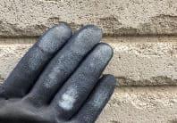 手袋で壁を触り、チョーキングを確認します。