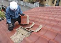 屋根の上に登って、劣化状況を点検します。※