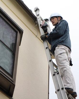 はしごで住宅点検