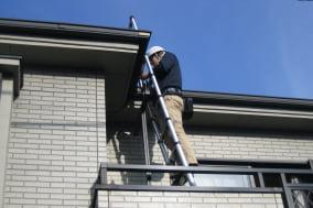 屋根に登って点検